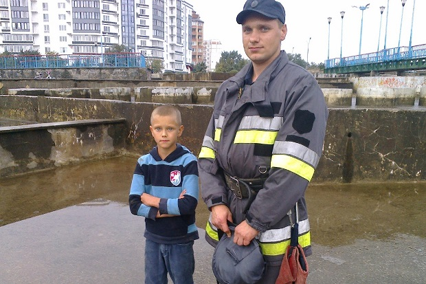 Хлопчик та рятувальник