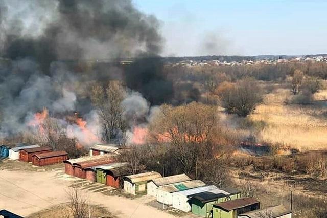 У Хмельницькому ліквідовано пожежу сухої трави